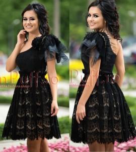 rochie neagra pe un umar