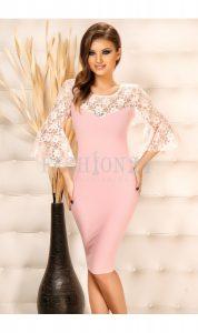 rochie roz cu maneci albe din dantela